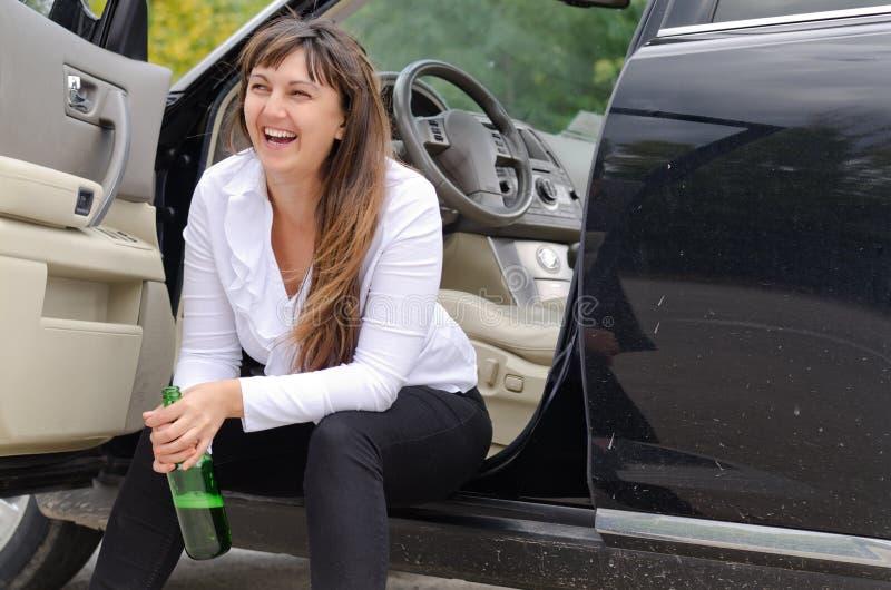 Szczęśliwy kobieta opój w samochodzie zdjęcie stock