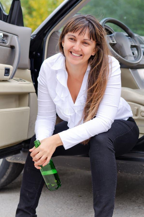 Szczęśliwy kobieta opój w samochodzie obrazy royalty free