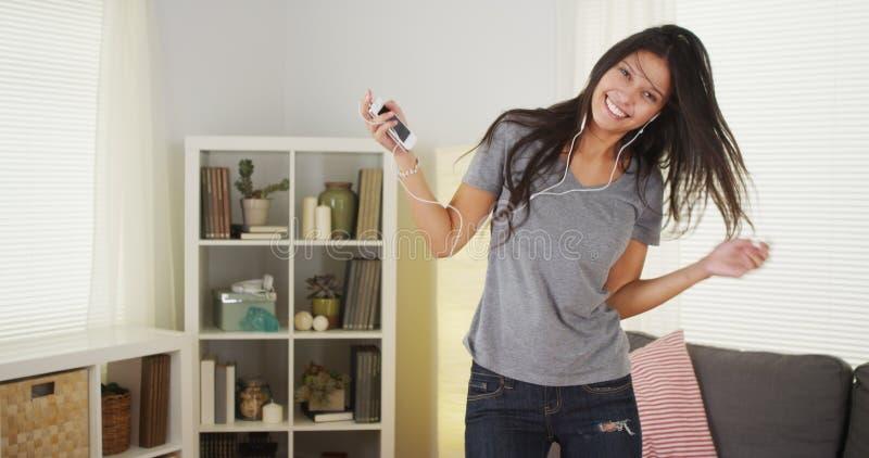 Szczęśliwy kobieta taniec z jej odtwarzacz mp3 obraz stock