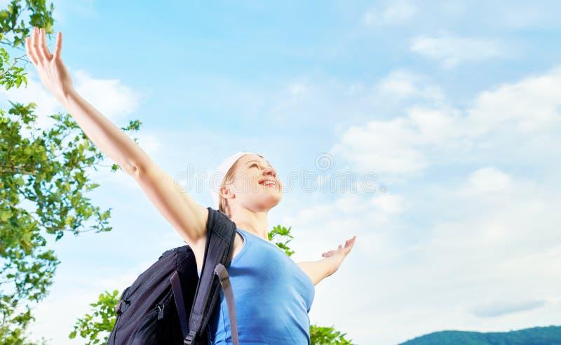 Download Szczęśliwy Kobieta Turysta Otwierał Jego Ręki Na Górze Halnego Agai Zdjęcie Stock - Obraz złożonej z podwyżka, chmura: 53788250