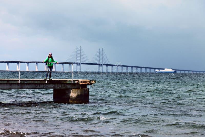 Szczęśliwy kobieta turysta pozuje na Oresund mosta tle obrazy royalty free