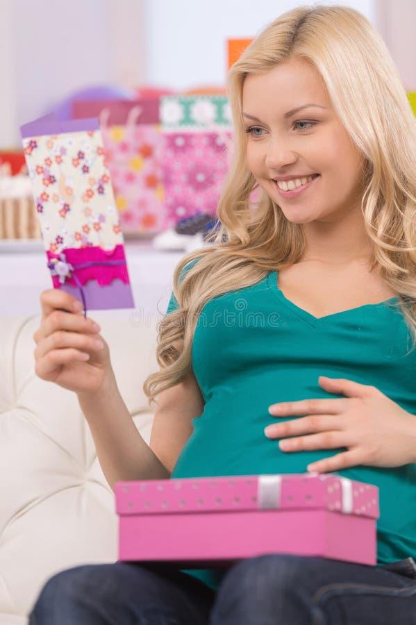 Szczęśliwy kobieta w ciąży. zdjęcia royalty free