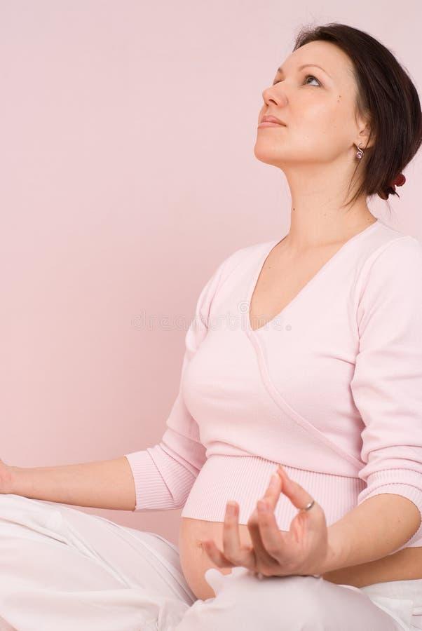 Szczęśliwy kobieta w ciąży jest angażuje w sprawności fizycznej zdjęcia royalty free