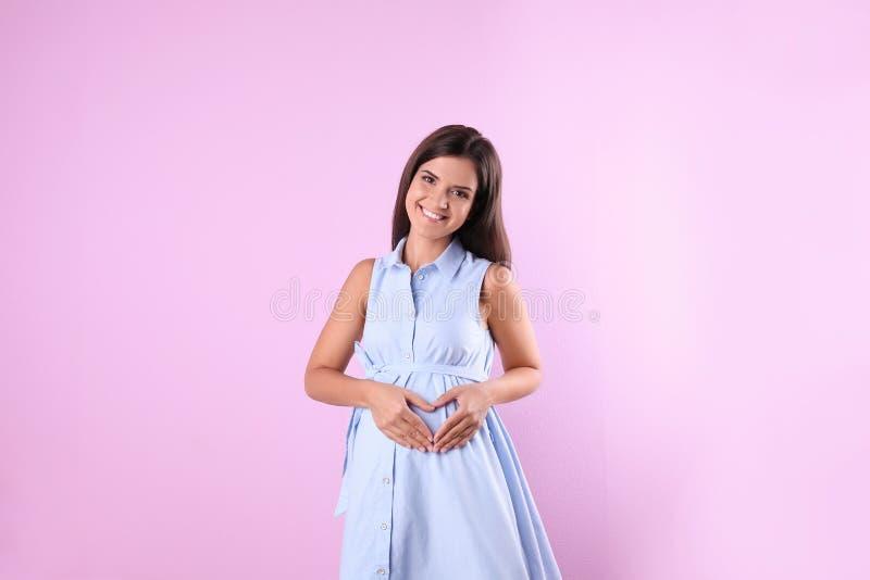Szczęśliwy kobieta w ciąży pozować zdjęcie stock