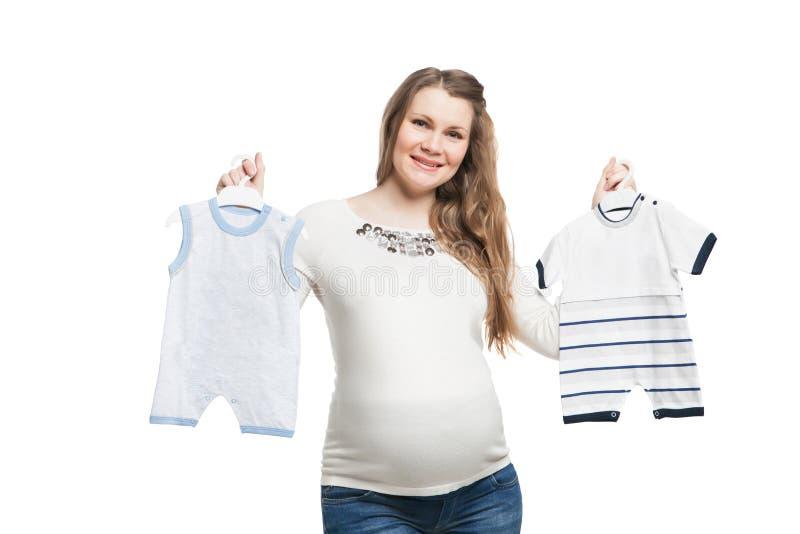 Szczęśliwy kobieta w ciąży robić dziurę ubrania dziecko fotografia stock