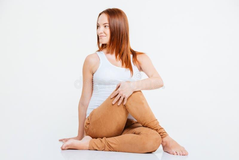 Szczęśliwy kobieta w ciąży robi joga ćwiczeniu zdjęcie royalty free