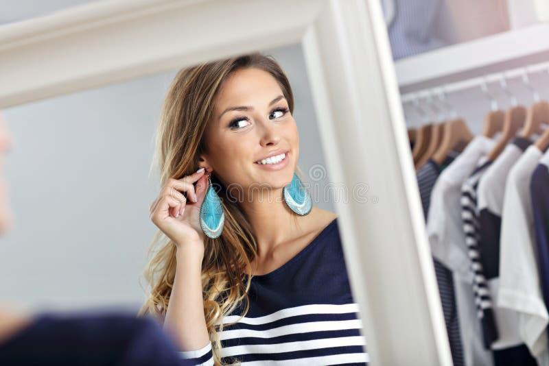 Szczęśliwy kobieta zakupy dla odziewa obrazy royalty free