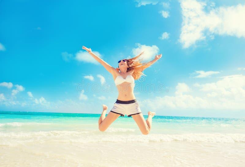 Szczęśliwy kobiety doskakiwanie W Lotniczym mieć zabawę Na Tropikalnej plaży zdjęcie royalty free