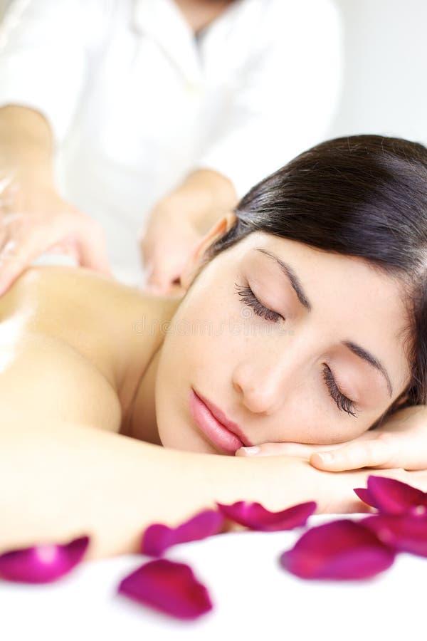 Szczęśliwy kobiety dosypianie podczas tylnego masażu w zdroju fotografia stock