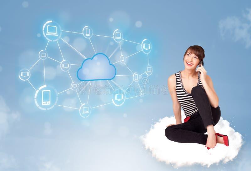 Download Szczęśliwy Kobiety Obsiadanie Na Chmurze Z Obłoczny Obliczać Obraz Stock - Obraz złożonej z networking, digitalis: 53776595