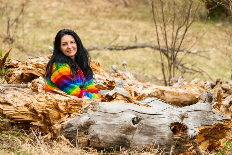 Szczęśliwy kobiety obsiadanie w naturze obrazy royalty free
