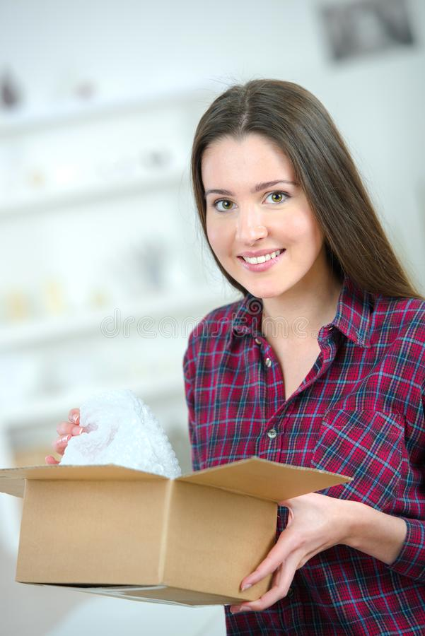 Szczęśliwy kobiety odpakowania pakuneczka pudełko zdjęcie royalty free