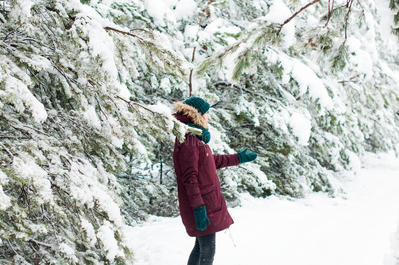 Szczęśliwy kobiety odprowadzenie przez śnieżnego lasu obraz stock