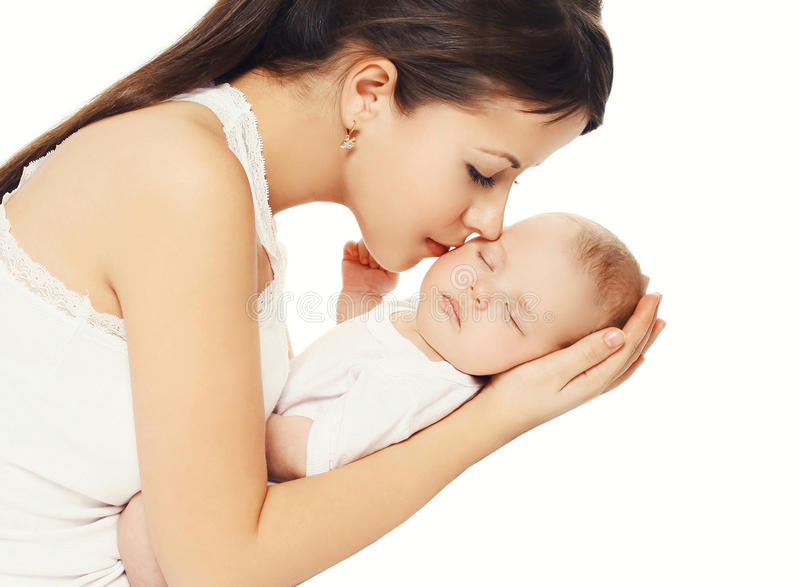 Szczęśliwy kochający macierzysty całowanie jej dziecko trzyma dalej ręki nad bielem obraz stock