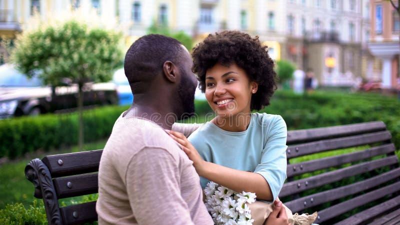 Szczęśliwy kochający pary datowanie w parku, cieszy się letniego dzień wpólnie, czułość obraz stock
