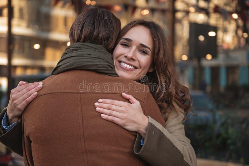 Szczęśliwy kochający pary obejmowanie z afekcją zdjęcia stock