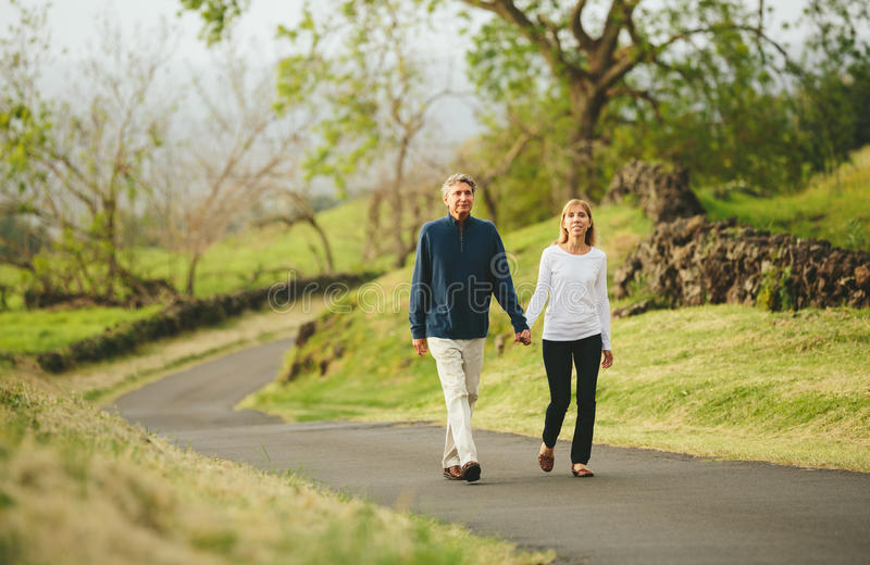 Szczęśliwy kochający w średnim wieku pary odprowadzenie zdjęcia royalty free