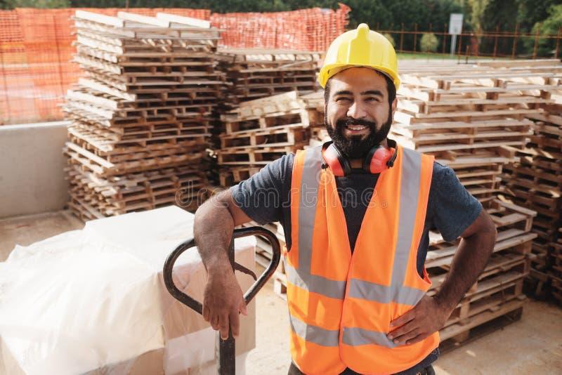 Szczęśliwy Latynoski Ręczny pracownik ono Uśmiecha się Przy kamerą Z Forklift obrazy royalty free