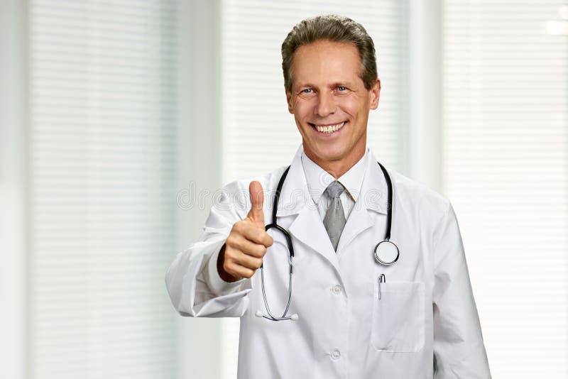 Szczęśliwy lekarz pokazuje kciuk w górę zdjęcia stock