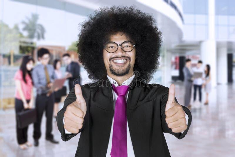 Szczęśliwy lider biznesu z członkami zaspołu w tle zdjęcie stock