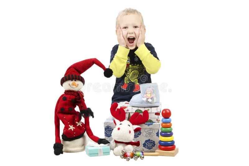 Szczęśliwy Little Boy z Bożenarodzeniowymi prezentami, odizolowywającymi na bielu zdjęcie stock