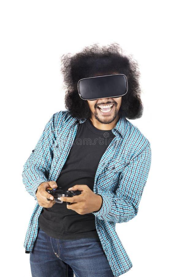 Szczęśliwy mężczyzna bawić się gra wideo z VR szkłami zdjęcia royalty free
