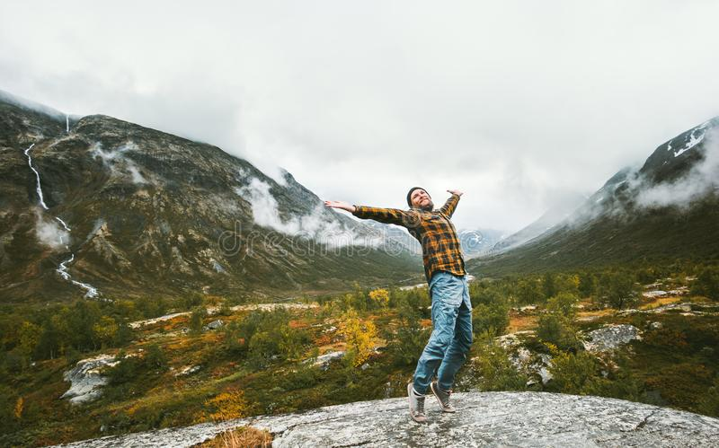 Szczęśliwy mężczyzna cieszy się krajobrazowego widoku mgłowe lasowe góry zdjęcie royalty free