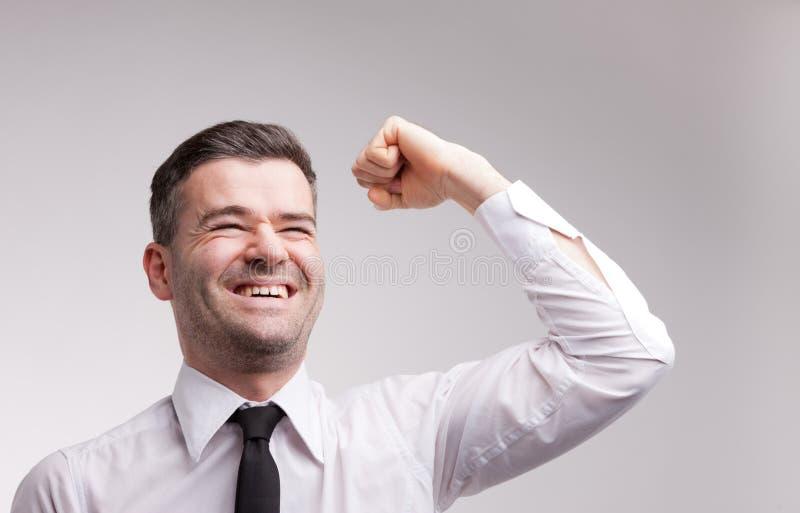 Szczęśliwy mężczyzna exulting podnoszący jego ręka obrazy royalty free
