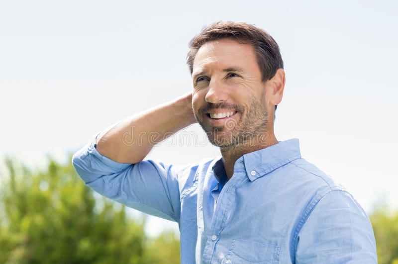 Szczęśliwy mężczyzna główkowanie zdjęcia royalty free