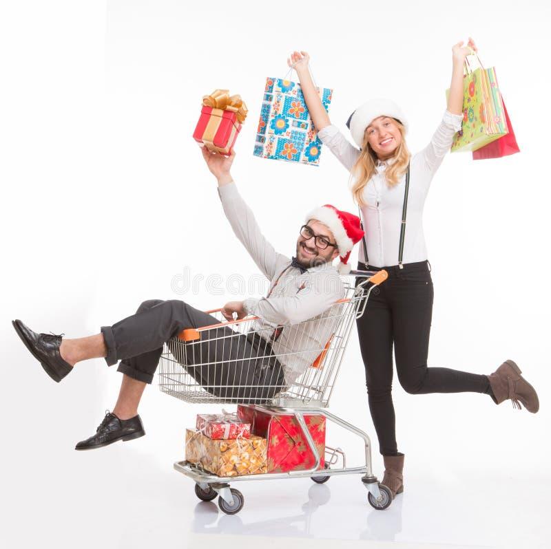 Szczęśliwy mężczyzna i kobieta z wózek na zakupy zdjęcia stock