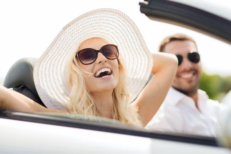 Download Szczęśliwy Mężczyzna I Kobiety Jeżdżenie W Kabrioletu Samochodzie Obraz Stock - Obraz złożonej z moda, szczęśliwy: 57656093