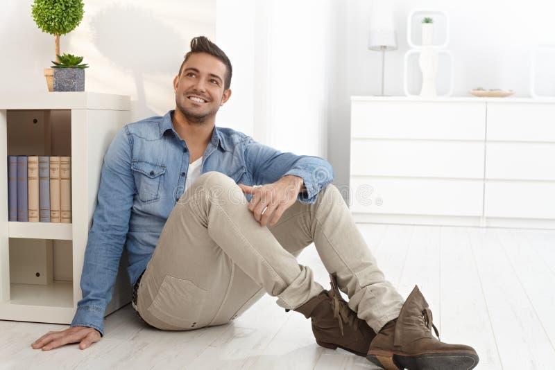 Szczęśliwy mężczyzna marzy w domu zdjęcia stock