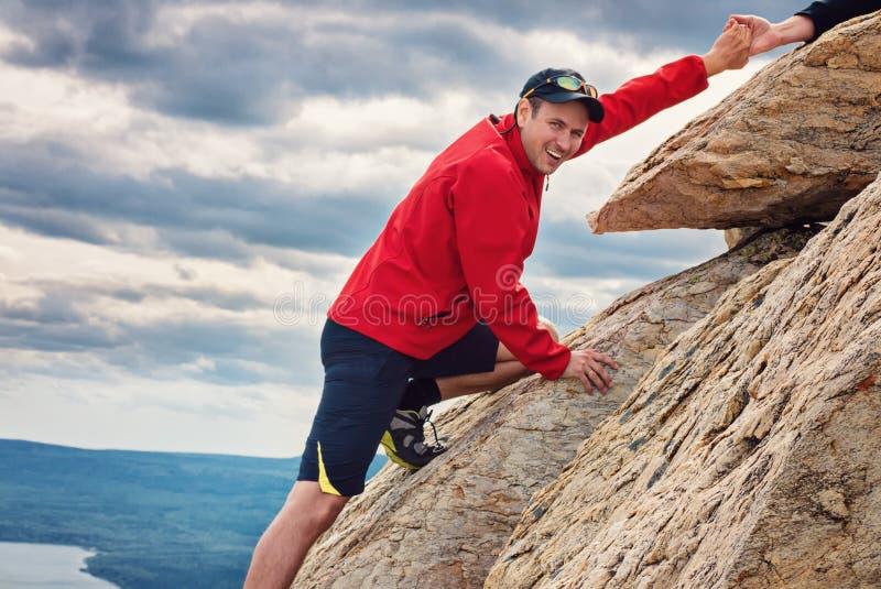 Szczęśliwy mężczyzna mountaineering park narodowy Zuratkul Chelyabinsk Rosja zdjęcia royalty free