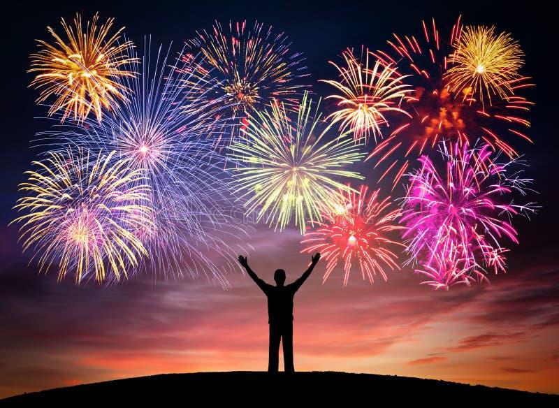 Szczęśliwy mężczyzna na świętowania tle z kolorowym fajerwerkiem anni obrazy stock