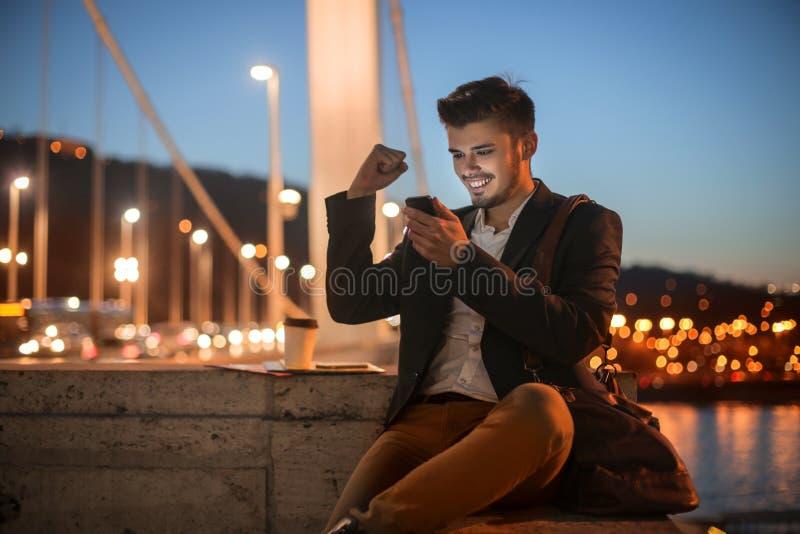 Szczęśliwy mężczyzna na ulicie fotografia stock