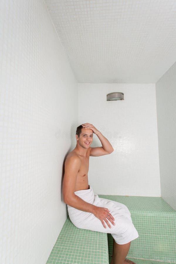 Szczęśliwy mężczyzna odpoczynek wśrodku sauna obraz royalty free