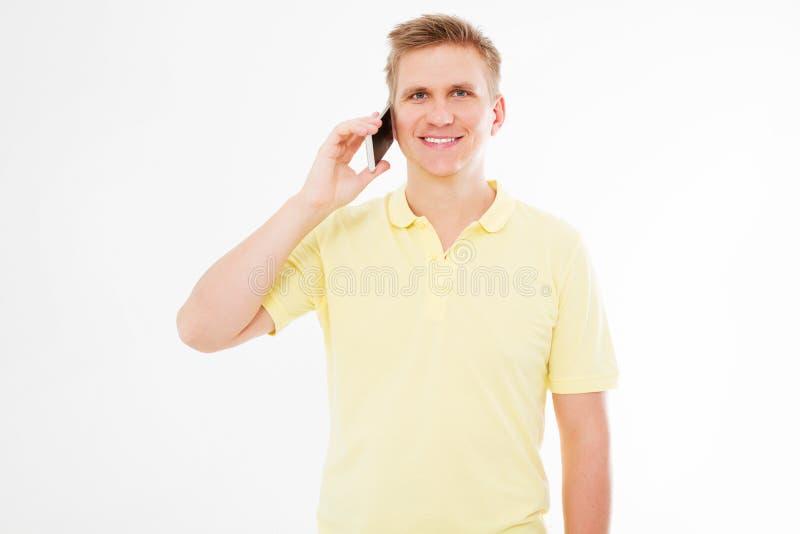Szczęśliwy mężczyzna opowiada na jego telefonie komórkowym odizolowywającym na bielu w koszulce zdjęcia royalty free