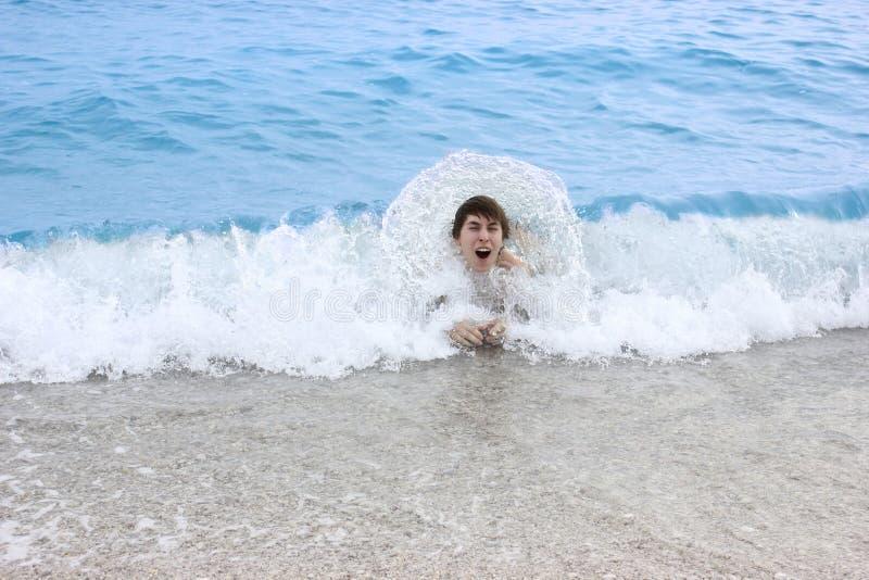 Szczęśliwy mężczyzna pływa w morzu fotografia stock