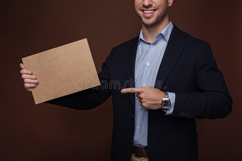 Szczęśliwy mężczyzna pokazuje pastylkę w ręce zdjęcia royalty free