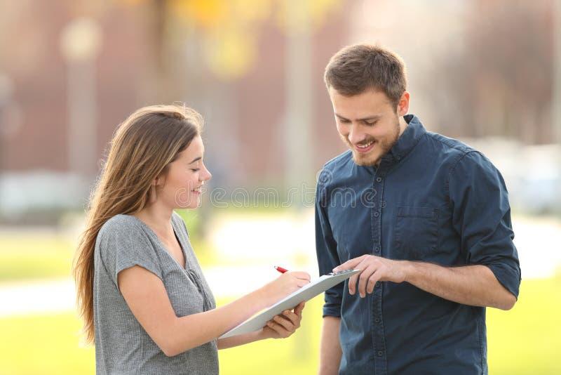 Szczęśliwy mężczyzna pyta ankietę w ulicie obraz royalty free