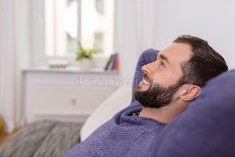 Szczęśliwy mężczyzna relaksuje w domu marzyć obrazy royalty free