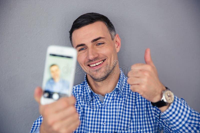 Download Szczęśliwy Mężczyzna Robi Selfie Fotografii Obraz Stock - Obraz złożonej z dorosły, kamera: 53788775