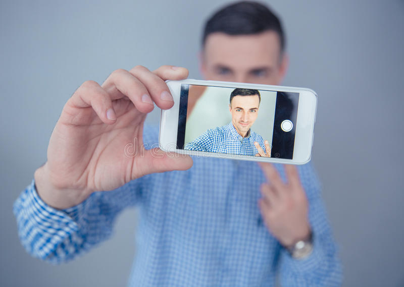 Download Szczęśliwy Mężczyzna Robi Selfie Fotografii Obraz Stock - Obraz złożonej z szczery, pojęcie: 53788885