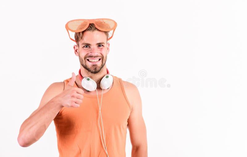 Szczęśliwy mężczyzna słucha piosenkę w hełmofonach ebook i online edukacja Muzyczna edukacja seksowny mężczyzna słucha ebook m??c obrazy stock