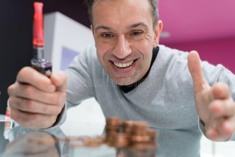 Szczęśliwy mężczyzna trzyma elektronicznego papieros fotografia royalty free