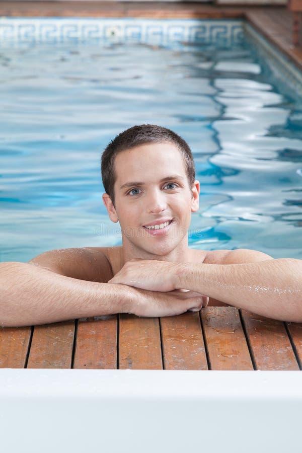 Szczęśliwy mężczyzna wśrodku basenu fotografia stock