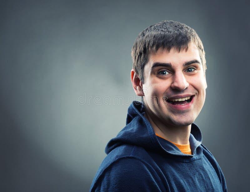 Szczęśliwy mężczyzna w hoodie zdjęcie royalty free