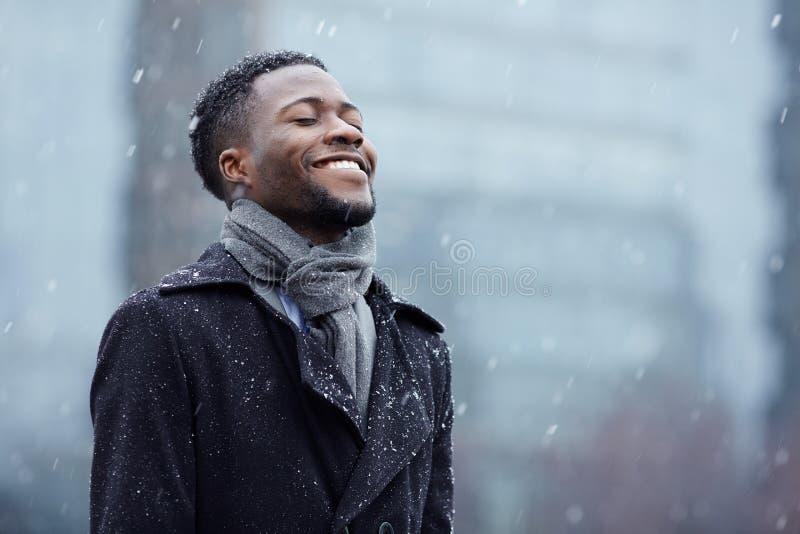 Szczęśliwy mężczyzna w opadzie śniegu obrazy royalty free