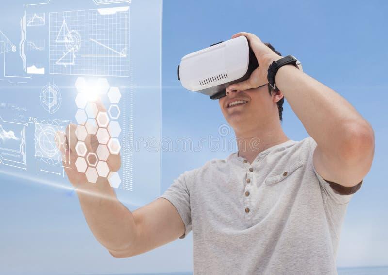 Szczęśliwy mężczyzna w VR słuchawki wzruszającym interfejsie przeciw błękitnemu tłu zdjęcie stock