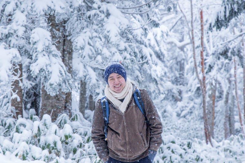 Szczęśliwy mężczyzna z śnieżnym światem fotografia royalty free
